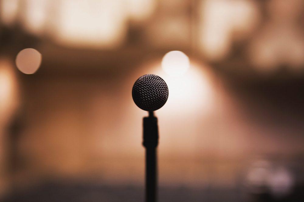 Immagine di un microfono: gestire la digital brand reputation